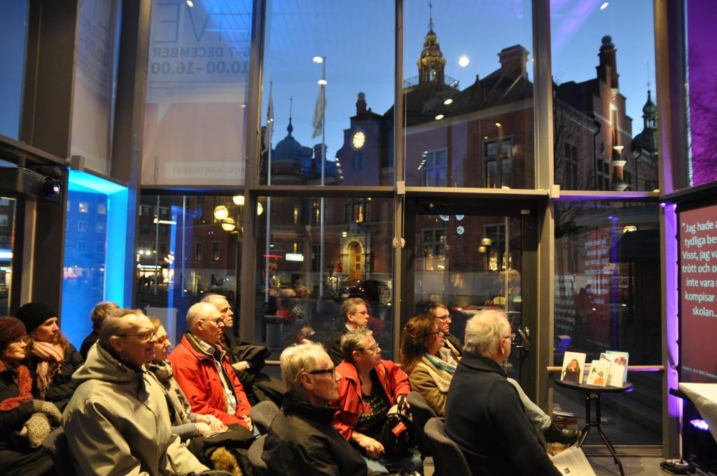 Professor Lars-Erik Edlund berättar om Språkets historia inför en intresserad publik på Rådhustorget Umeå 6 december.